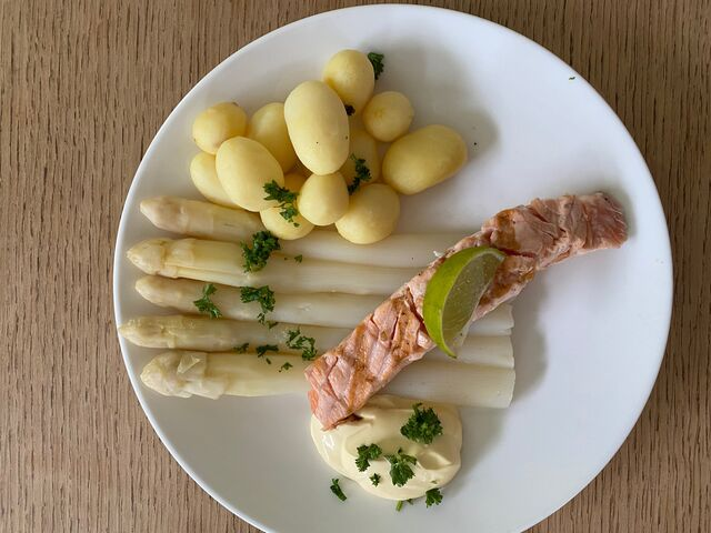 asperges met zalm, krieltjes en bearnaisesaus
