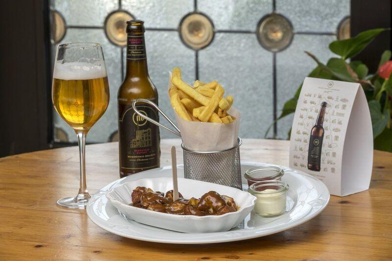 vom Schnitzel bis Schickimicki ... erlaubt ist was gefällt! Hier Reimanns's Currywurst mit einem frischen Meininghausbier!!