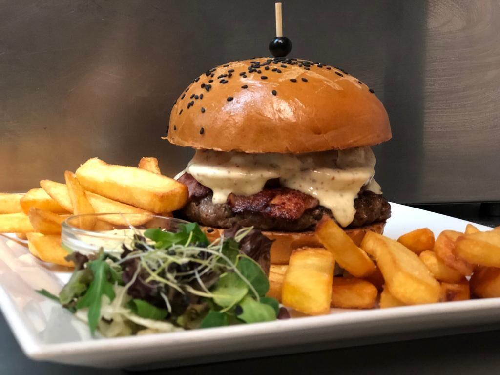 100%hovězí Burger, steakové hranolky.