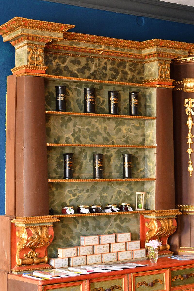 Barokní nábytek z novohradské apatyky