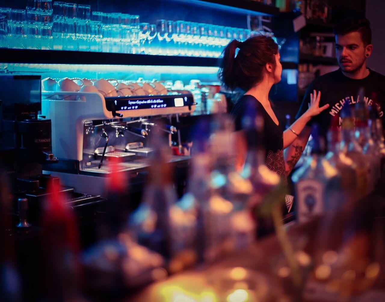 Barlife, im Hintergrund Faema Teorema Kaffemaschine