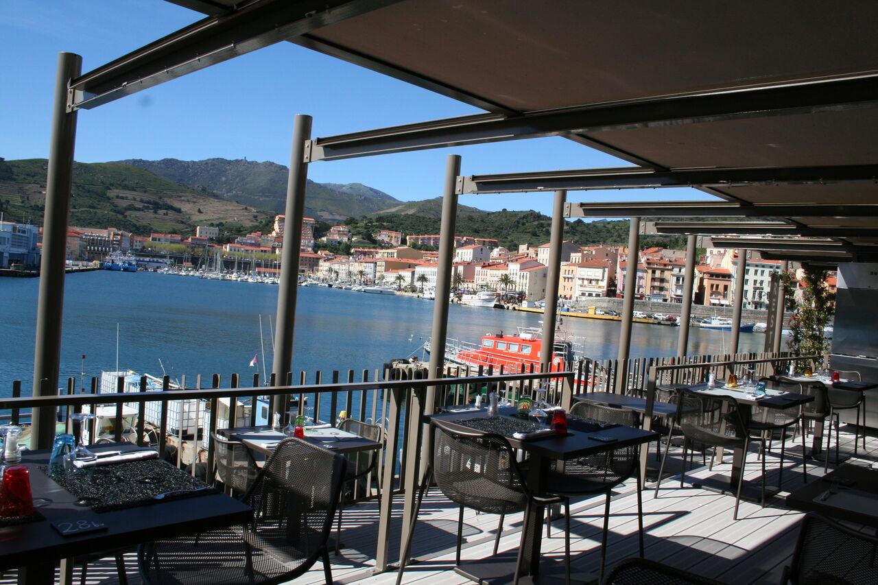 La terrasse dominant le Port..........