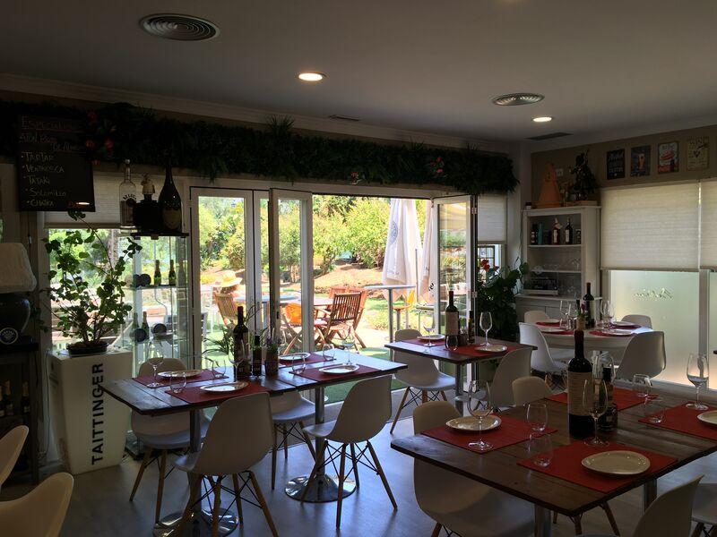 Fabuloso salón para una buena comida con vistas a nuestra gran terraza exterior, rodeada de jardines...