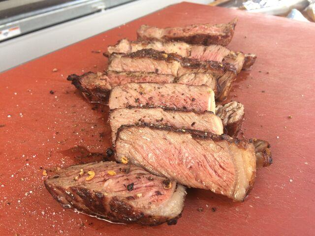 Rib-Eye-Steaks, Sous vide vorgegart und auf offener Flamme veredelt.