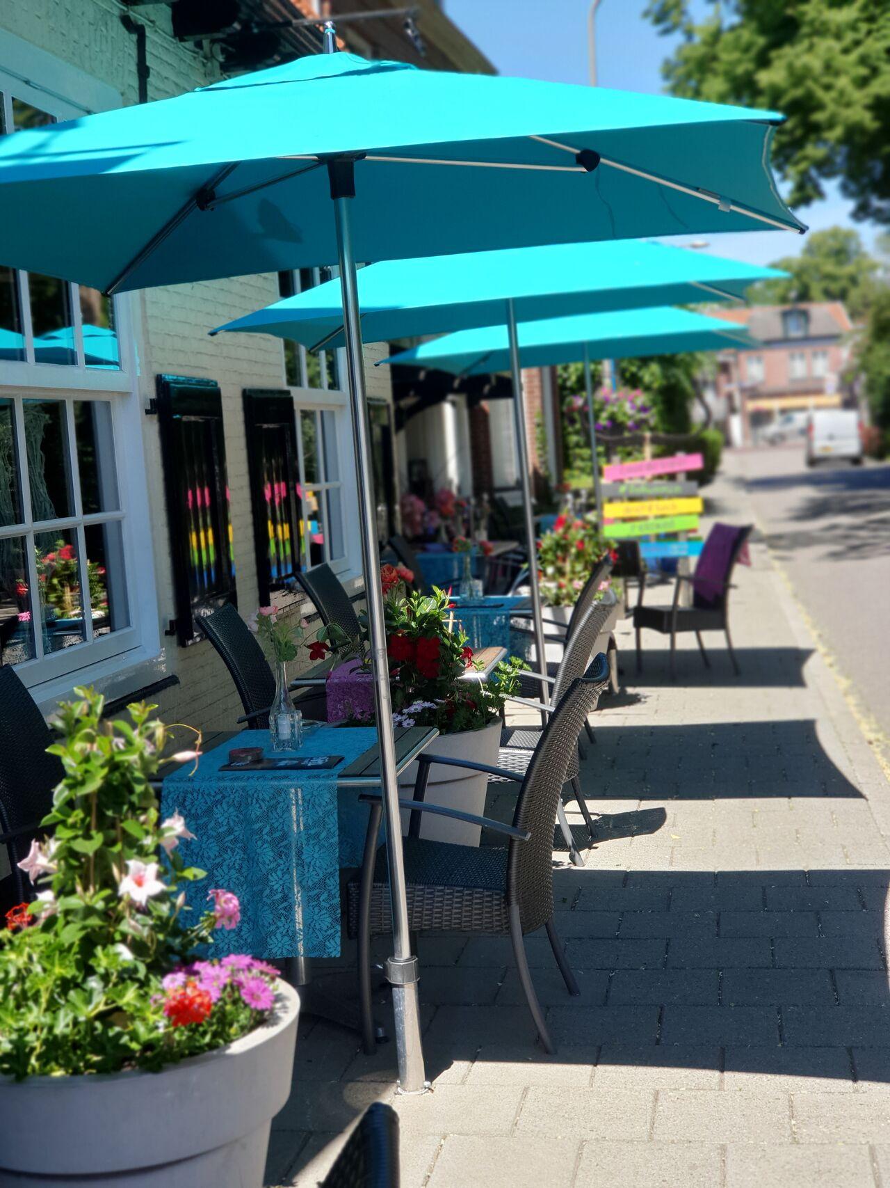 Het gezellige terras. Hier kun je zonder reservering lekker genieten van een wijntje, tapas en de zon.