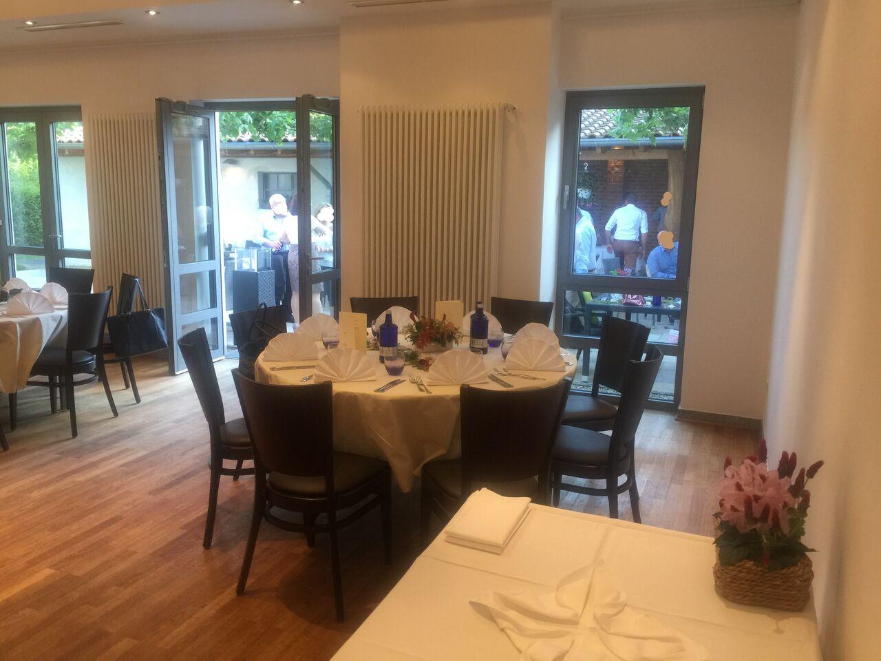 Unser Festsaal ist individuell auf Ihre Feier bestuhlbar. Ob runde Tische, lieber lange Tischtafeln, Stehtische...