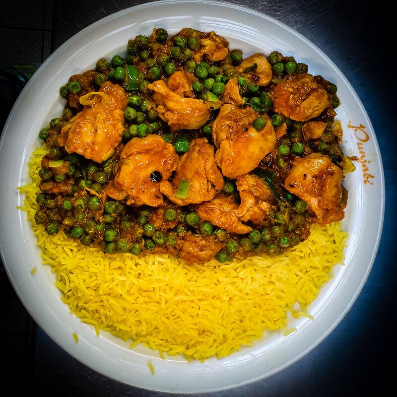 Chicken Achar Masala - Hähnchen und grüne Erbsen in indischer Sauce mit Basmatireis