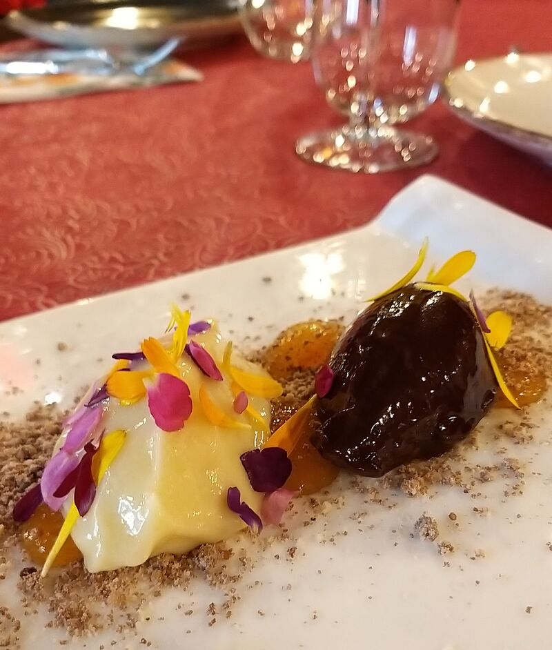 Ganache de chocolate blanco y chocolate negro con tierra de galleta de cacao y mermelada de albaricoque