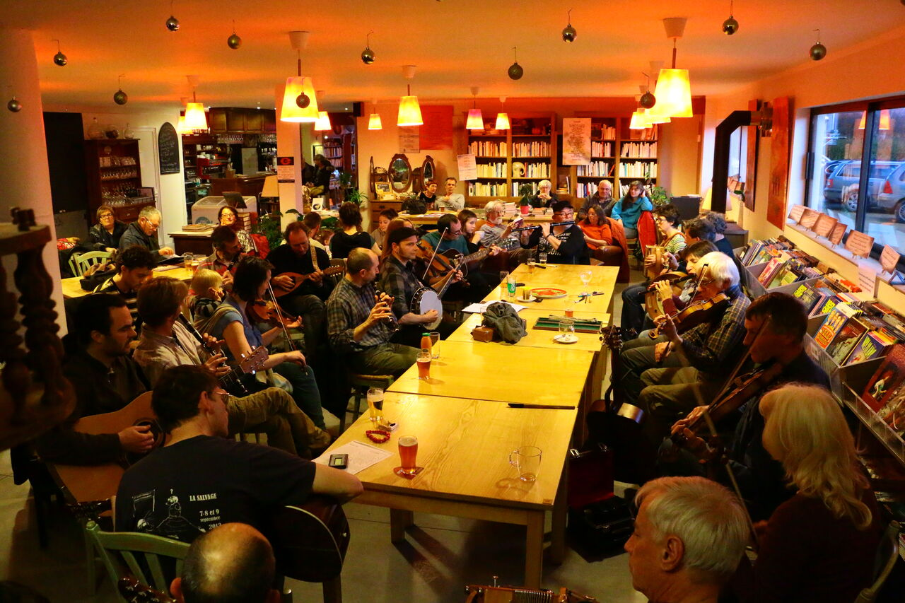 Passez un bon moment dans une ambiance de pub irlandais tous les derniers dimanches du mois de 17 h à 20 h : session irlandaise
