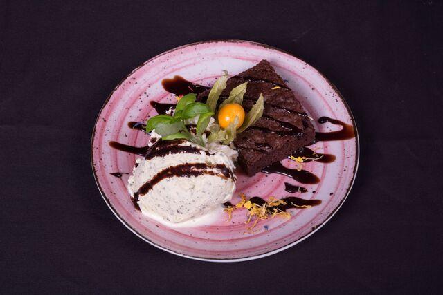 Brownie mit Basilikum-Vanille Eis