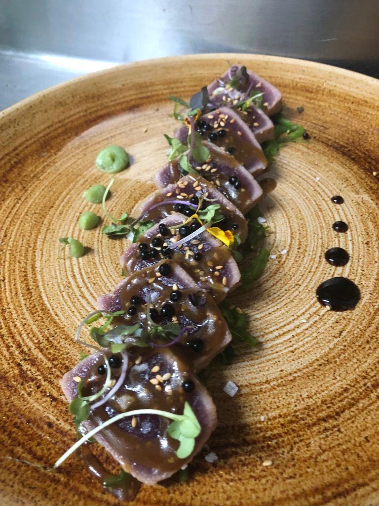 Tataki de atún con alga wakame , sésamo, salsa de soja y cítricos, perlas de Módena, Módena glaseada y wasabi,