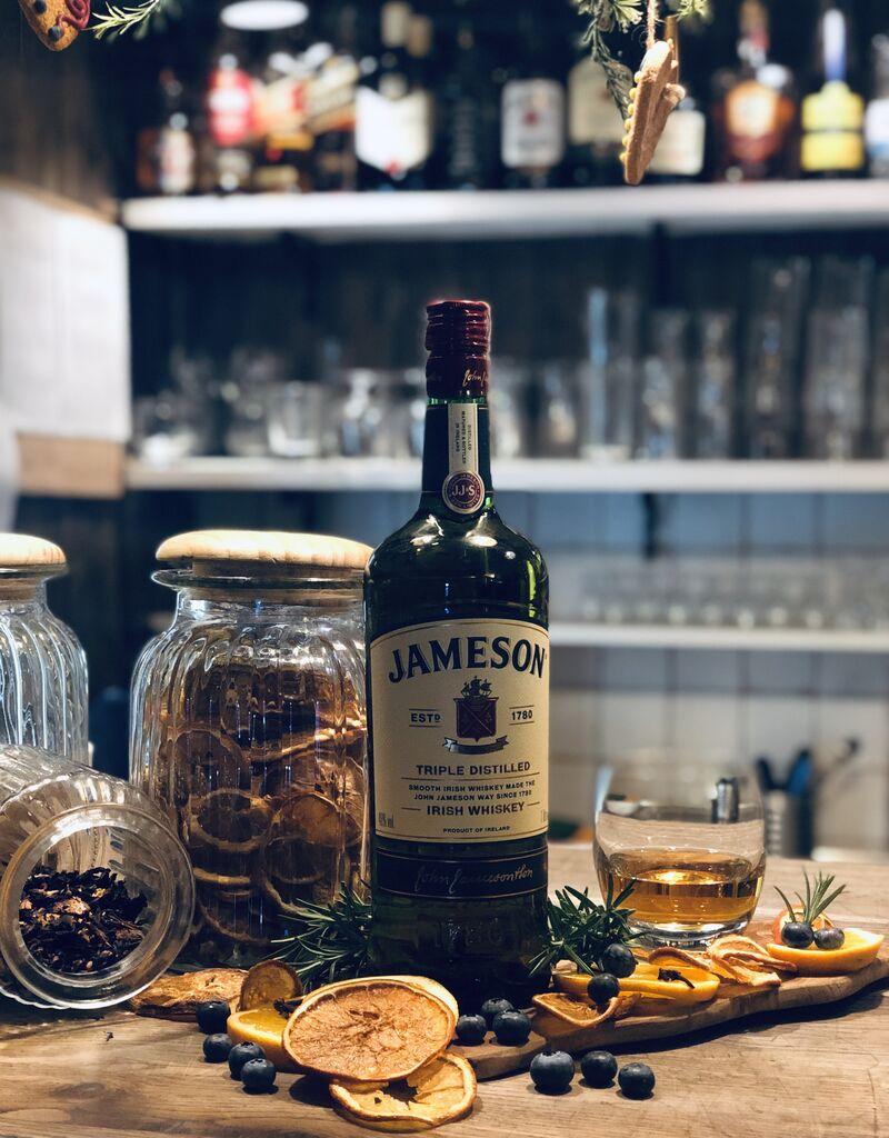 Chcemy Was zaprosić na whiskey! Proponujemy Jamesona, który jest odmianą irlandzkiej whiskey typu blended.