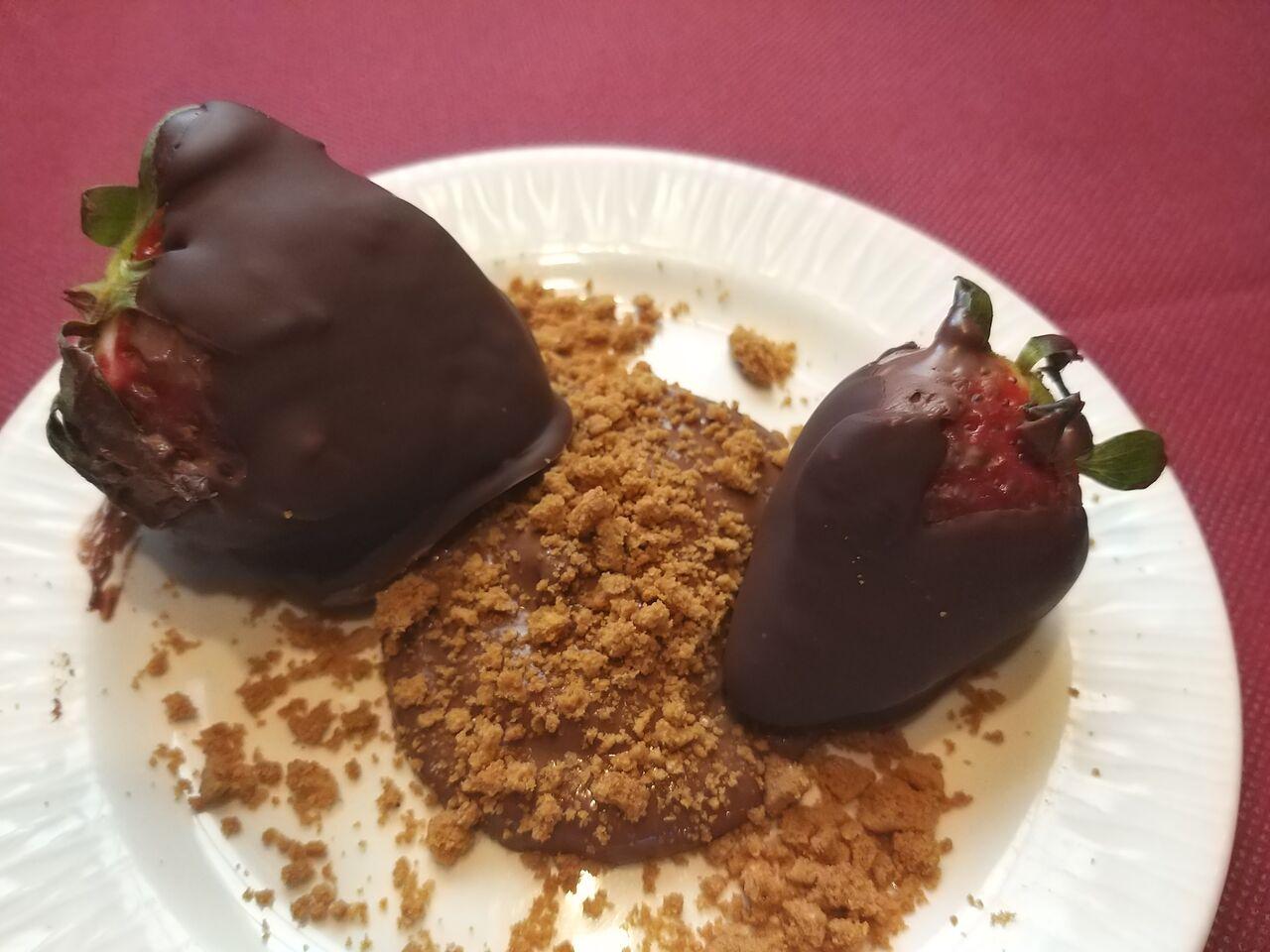 Fresas naturales con ganache de chocolate,Timbal de escalivada con viruta de foie