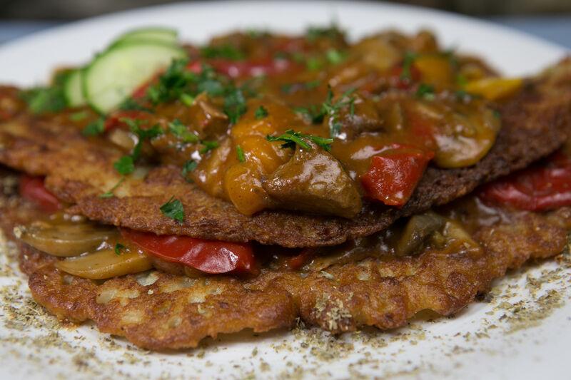 Placek Mazura, duży placek ziemniaczany podawany z gulaszem wołowym