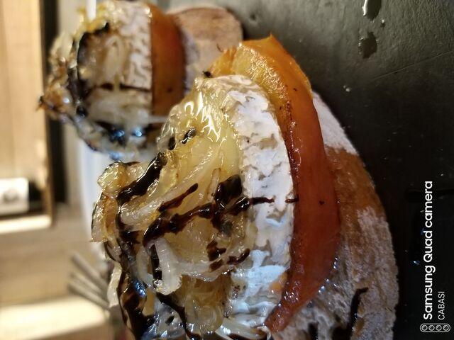 Tosta de queso de cabra con tomate y cebolla caramelizada