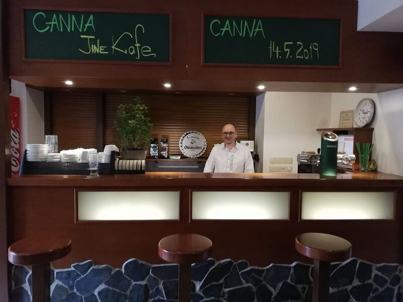 Náš barman Bárt za barem během CANNA přednášky.