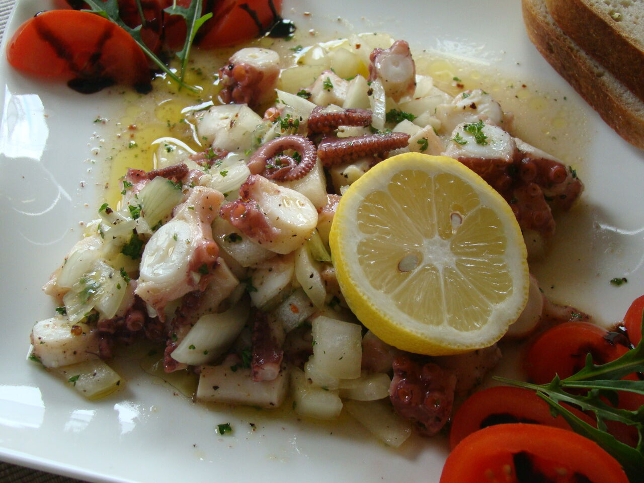 Pulpo (Tintenfisch) Salat mit Zwiebeln und Olivenöl
