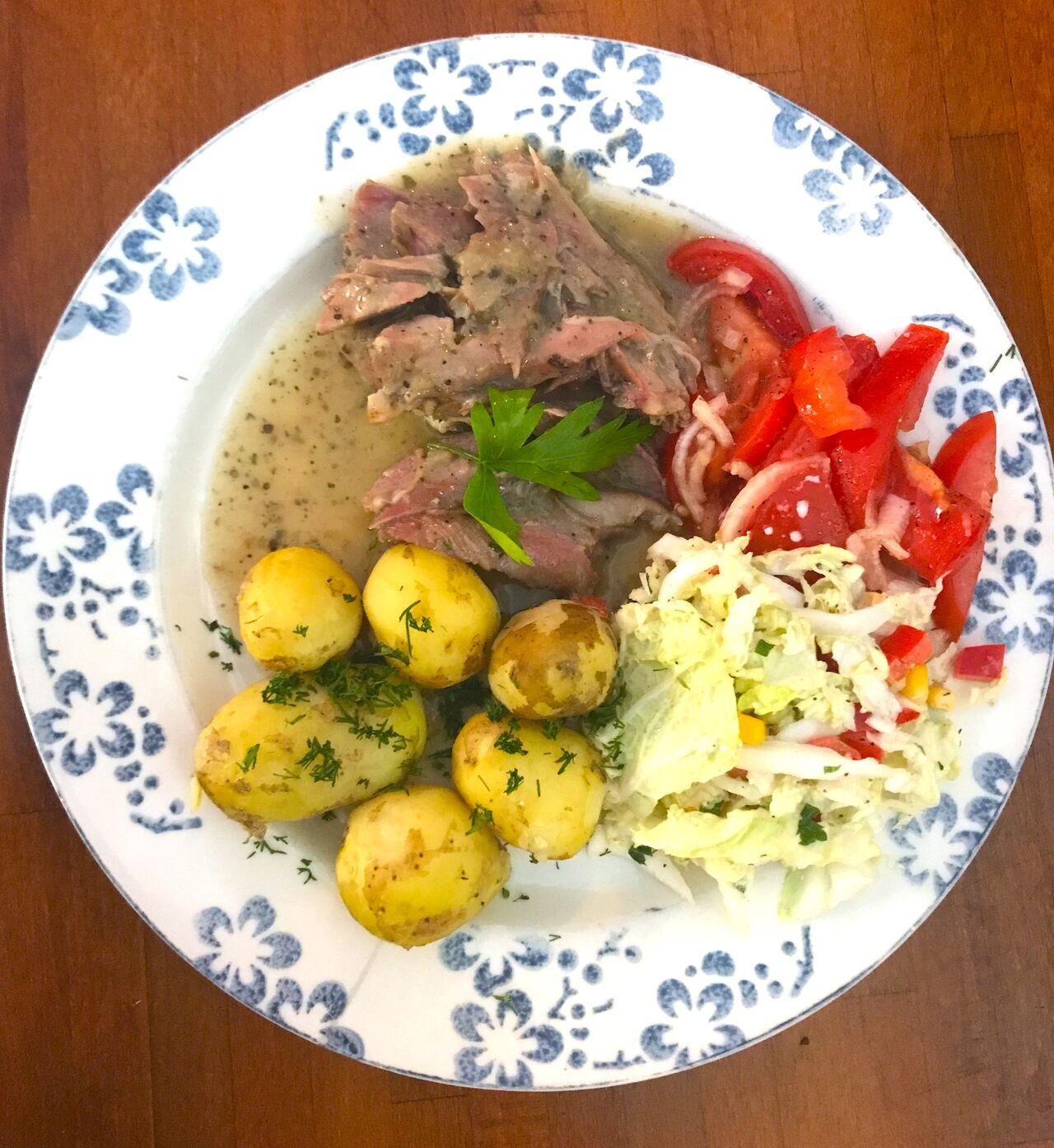 Danie lunchowe - udziec z indyka duszony, z młodymi kartoflami