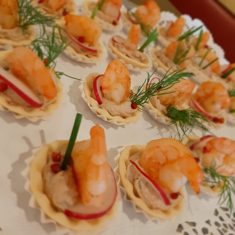 Neben den obligatorischen Sekt gibt es auch Häppchen für die Gäste, die den Hunger stillen und gleichzeitig den Appetit anregen.