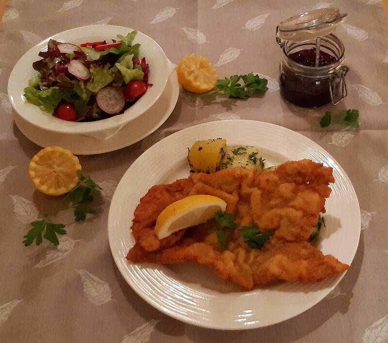 Wiener Schnitzel vom Schwein mit Petersilerdäpfel und Salat