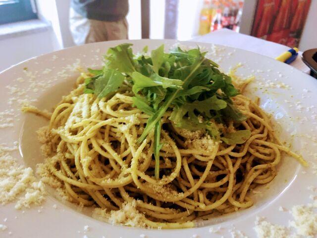 Spagetti-Ruccola geschwenkt in Basilikum-Pesto, dazu Parmesan