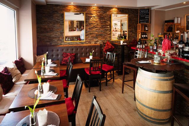 Unserer kleinen gemütlichen Weinbar. Auch ein Käsefondue am Fass ab 2 Personen ist jederzeit auf Vorbestellung möglich.
