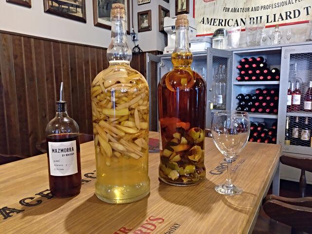 Macerado de ron con cítricos (lima, naranja y limón) y macerado de ginebra con manzana Golden y Granny Smith