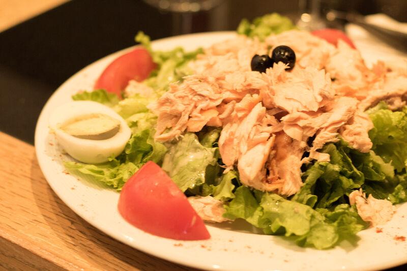 Salade de Saumon Frais Rôti au four, oeuf dur et tomates