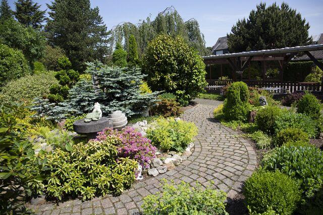 Die weitläufige Gartenanlage lädt auf ein paar Schritte nach einem genussvollen Mahl ein.