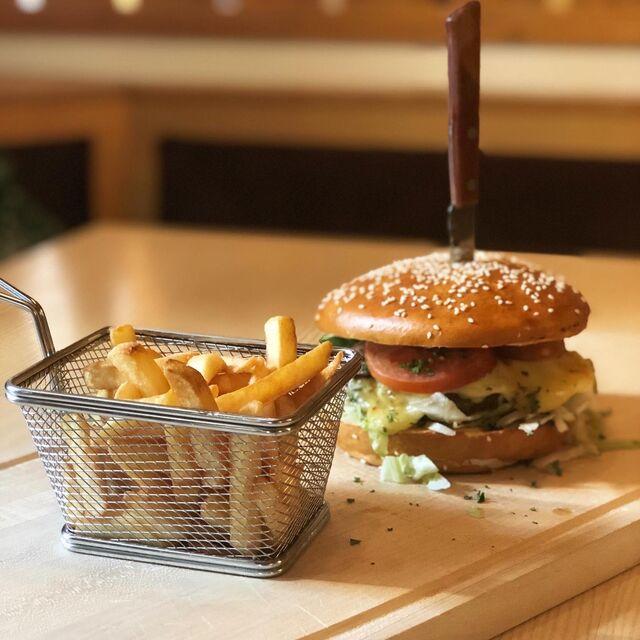 Bayrischer Burger mit Pommes
