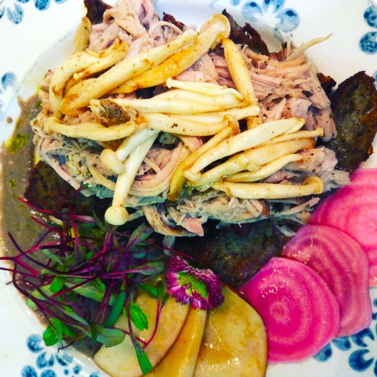 Szarpana wieprzowina na babie kartoflanej z musem z pieczarek, piklowanymi burakami i grzybkami shimeji