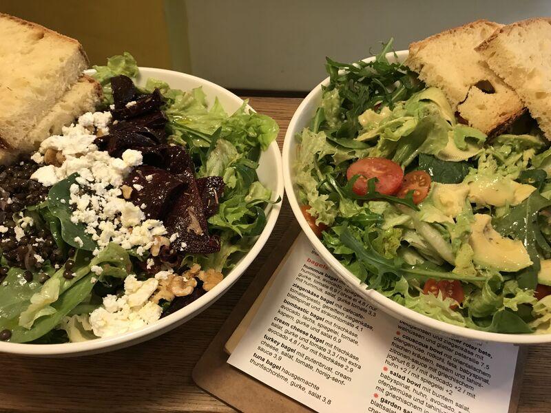 Wechselnde Salate und Bowls