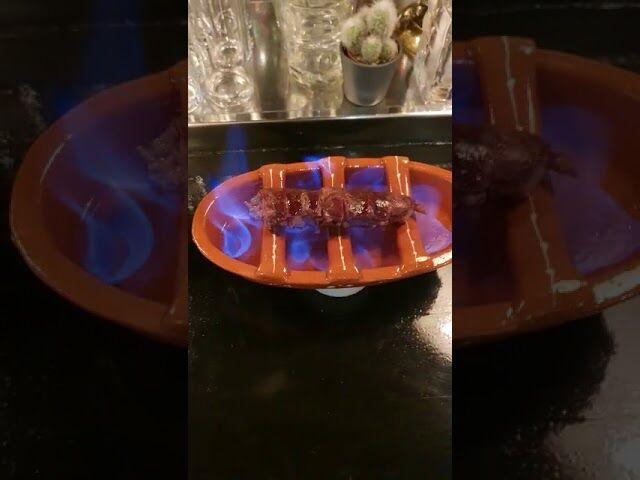 Bestel de Burning Chorizo en gril aan je eigen tafeltje de Spaanse worst in lekkere Brandy: waanzin!