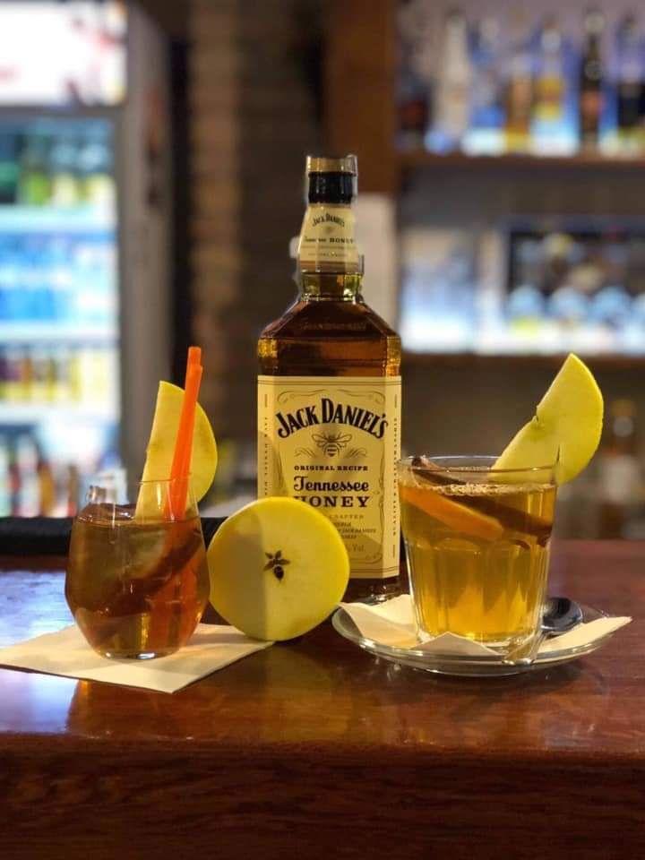 Jack Danieľs, jablečný juice, skořice. Teplá i studená verze.