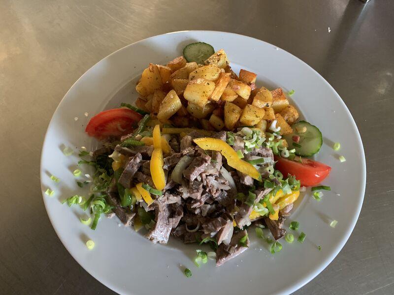Rindfleisch Salat mit Bratkartoffeln