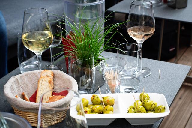 Unter anderem bieten wir selbst eingelegte Oliven in verschiedenen Varianten an, die hervorragend zum Wein passen.