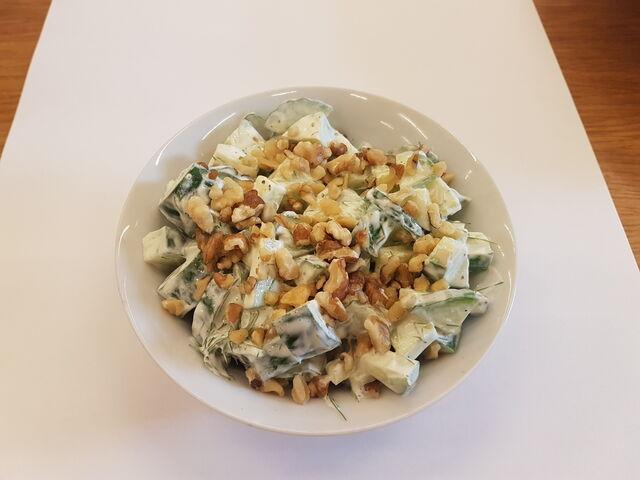 Okurkový salát se zakysanou smetanou, ořechy a koprem